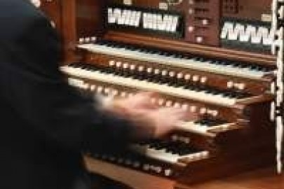 Musician plays the Legion of Honor's Skinner organ